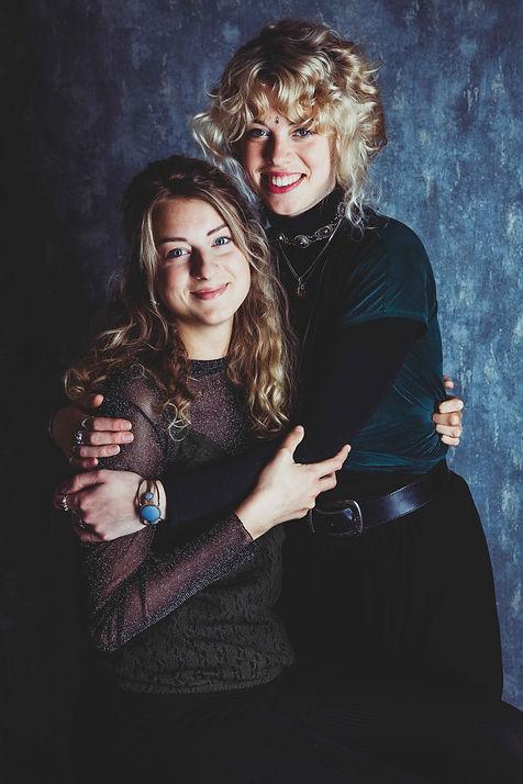 Kijk eens hoe prachtig deze zusjes zijn! Deze portretfoto is gemaakt door professionele fotograaf Nikki Hoff, die zich voornamelijk richt op studiofotografie.  A really cool portrait of 2 sisters. Beautiful photography.