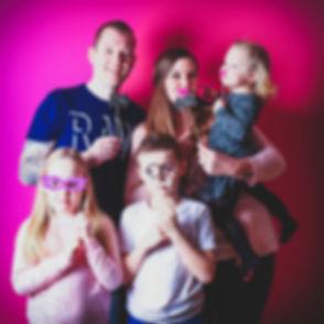 Creatieve familiefoto gemaakt door een professionele portretfotograaf.  Creative family photo made by a professional portrait photographer.