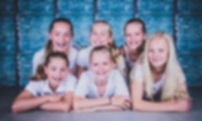 Stapelen! Deze jonge dames liggen op elkaar gestapeld! Tijdens een fotoshoot van een kinder partijtje fotografeer ik de kinderen in verschillende posities zodat ze zelf achteraf kunnen kijken welke foto's ze het leukste vinden.  Book a photoshoot with your best friends at this famous photo studio.