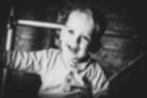 Mooie portretfoto laten maken van jouw kinderen? Nikki is een professionele fotografe en gespecialiseerd in kinderfotografie.  Smiling little boy. Professional portrait photo made by a famous children's photographer.