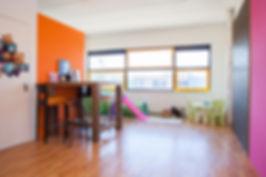 Deze fotostudio beschikt over een wachtruimte met kinderspeelhoek. Dit is de bovenverdieping van de studio die een huiselijke sfeer heeft. Dit is Studio86, de bekendste fotostudio van Nederland waarvan Nikki Hoff de eigenaresse en fotografe is.