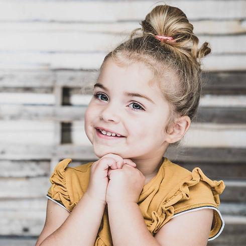 Wil jij een goedkope fotoshoot boeken voor jouw kind van 2 jaar? Deze prachtige kleuter deed het ontzettend goed! Nikki is kinderfotograaf en heeft veel ervaring met het fotograferen van kinderen. Cheep photoshoot of a kid of 2 years old.