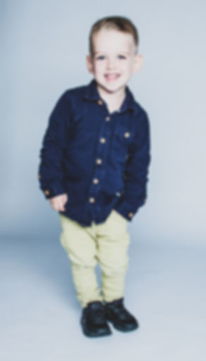 Wat een stoere portretfoto mocht ik maken van deze jongen. Hierbij heb ik gebruik gemaakt van een witte achtergrond, maar de fotostudio heeft nog veel meer achtergronden!  Cool photo of a little boy. He could be a model. Photographed with a white background.