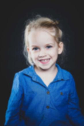 Wil jij ook een mooie fotoshoot van jouw kind laten doen in de omgeving Alphen? Nikki is een professionele portretfotograaf die graag kinderfotografie doet.  Kids photographer Nikki makes the best professional pictures of your daughter.