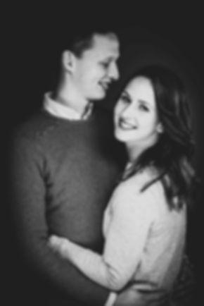 Niet zomaar een koppelshoot, maar een hele stoere fotoshoot! Door de zwart witte foto met veel contrast is de foto extra stoer.  Black and white photography of a love couple. This guy looks very in love with hes girlfriend.