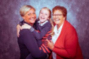 3 generatie foto. Oma, moeder en dochter zie je in deze foto. Of oma met haar dochter en kleindochter. Deze drie generatie foto is gemaakt in de fotostudio. Die vrouwen die lachen in de camera. 3 generation photo. Grandmother, daughter and granddaughter.