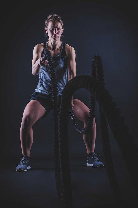 Wil jij ook zo'n toffe fitness fotoshoot boeken? Met diverse sport accessoires maken we stoere fitness foto's waar jouw lichaam op zijn best word uitgelicht!  Fit woman does crossfit. This sport photo is made by a professional photographer in her photo studio.