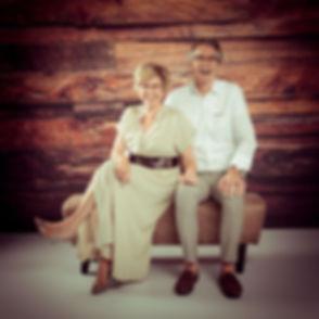 Wil jij een fotoshoot met jouw partner boeken in Zuid Holland? Fotostudio Studio86 in Alphen aan den Rijn is een hippe, moderne fotostudio en beschikt o.a. over deze houten wand en deze bok om hippe koppelfoto's te maken. De prijs van een fotoshoot kun je vinden op de website.