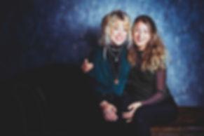 Gezellig samen met jou zus op de foto tijdens een zussenshoot! Een kleurrijke en spontane portretfoto maak ik graag van jou en jouw zusje.  Book a photoshoot with my sister.