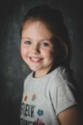 Een mooie portretfoto van een meisje van 10 met een neutrale achtergrond. Nikki Hoff is een professionele portretfotograaf en kan goed met kinderen omgaan.  Headshot of a young girl. Professional studio photography.