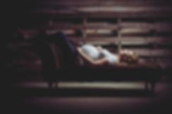In de fotostudio zijn diverse accessoires aanwezig, zoals deze Chesterfield bank. Deze is goed te gebruiken tijdens een zwangerschaps fotoshoot.  Pregnant lady is lying on a couch during a pregnancy photoshoot.