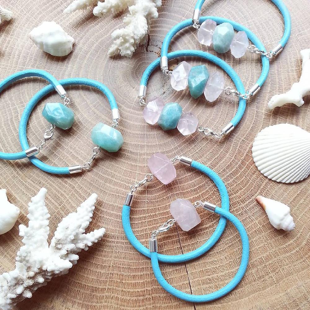 браслеты с натуральными камнями на голубом ремешке