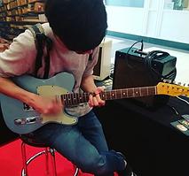 Lawrence Maximilian mit Gitarre