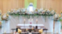 ワイドに広がった花祭壇