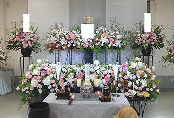 洗練されたデザインの花祭壇