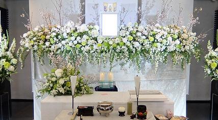 ナチュラルな雰囲気の花祭壇