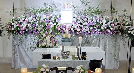 季節の枝物を活かした花祭壇