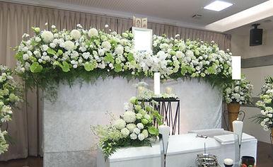 厳かなイメージの花祭壇