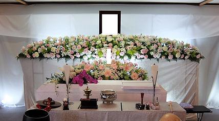 たくさんの花を使った花祭壇