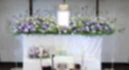 季節の葉物をいかを活かした花祭壇