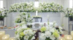 花の表情を活かした花祭壇