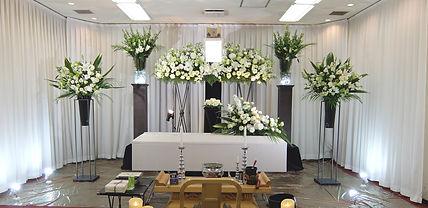 スタンドで高さを出した花祭壇
