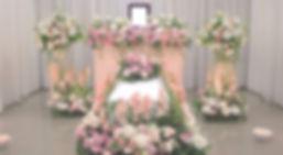 やわらかいイメージの花祭壇