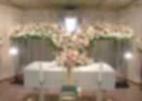 ダイナミックな造形の花祭壇