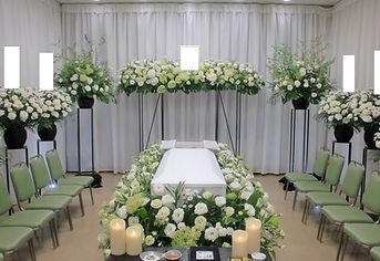 ワイドに広がる花祭壇