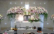 花々をふんだんに使った花祭壇