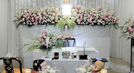 動きのある花祭壇