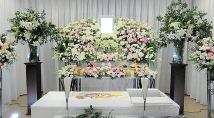 モダンなデザインの花祭壇