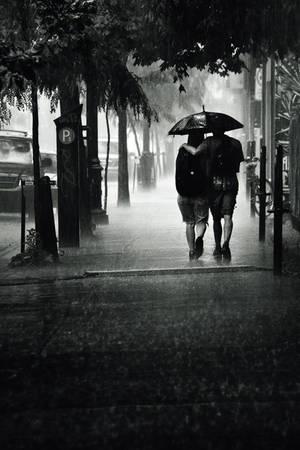 Couple sous la pluie sur la rue Sainte-Catherine