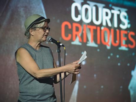 Lynda Forgues prend le micro avant la présentation du film
