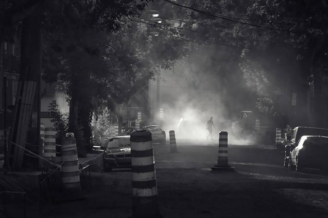 Passant sur rue en réparations dans Hochelaga