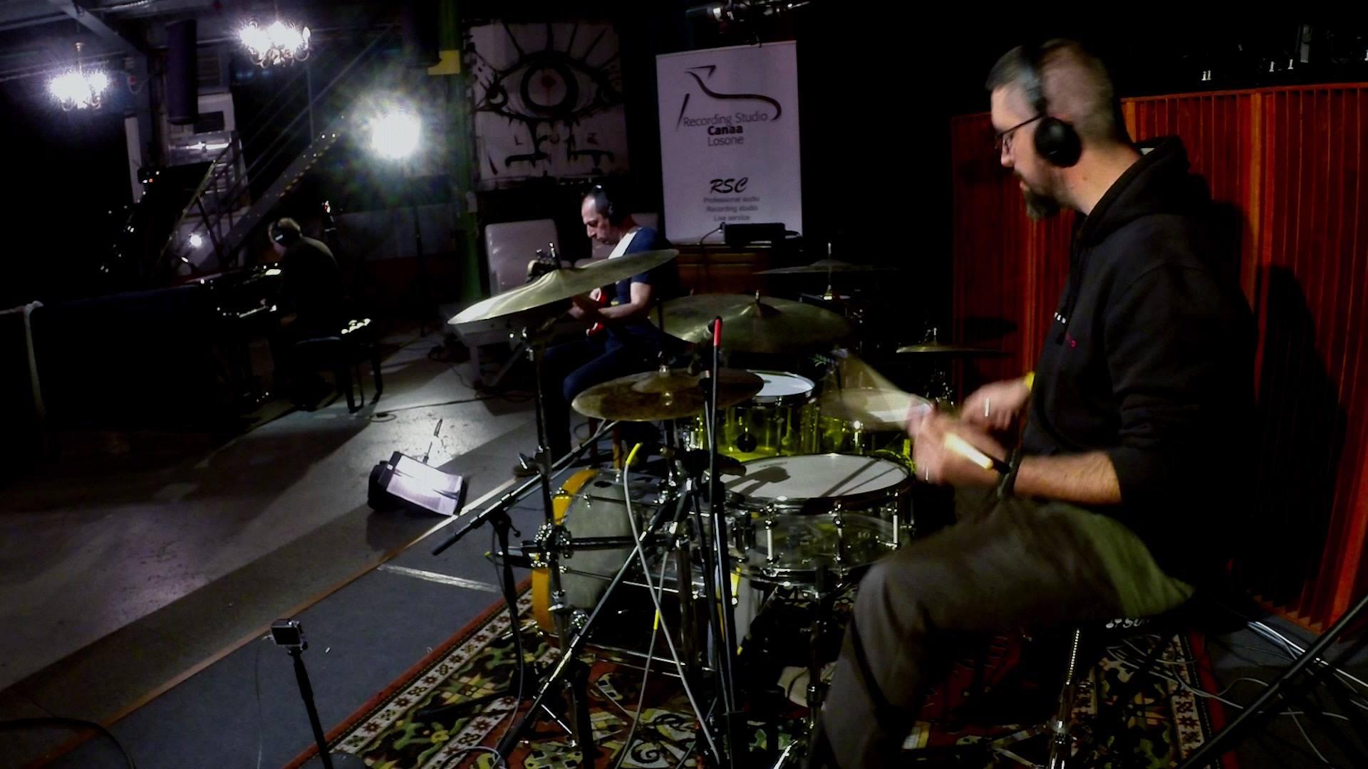 """Amici buongiorno Piccolo video """"DemoTape"""" registrato qualche settimana fa al RSC Recording Studio Canaa di Mauro Fiero Un onore per me suonare con dei musicisti così incredibili. se non vi basta e volete vederne altri, date un'occhiata qui: https://w"""