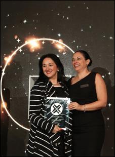 """Yarla Covarrubias, Directora Comercial para México de AMResorts, recibe el premio como """"Mejor Cadena Hotelera con mayores ventas en 2017"""" entregado por Sonia Ruiz, Gerente de Cuentas Globales de PriceTravel Holding"""