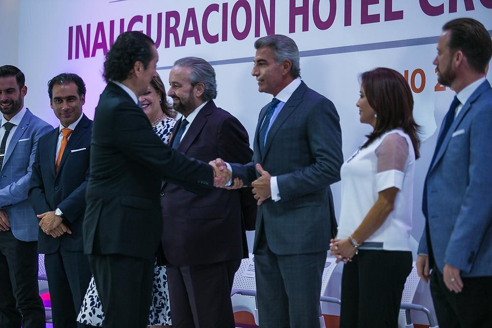 Sr. Jorge Apaez, COO IHG en México, América Latina y el Caribe, saludando al C. Lic. Antonio Gali, Gobernador Constitucional del Estado de Puebla.