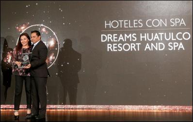 """Carmen Muñoz, Gerente de Ventas Tour & Travel México de AMResorts, recibe el reconocimiento """"Mejor Hotel con Spa"""" otorgado a Dreams Huatulco Resort & Spa"""