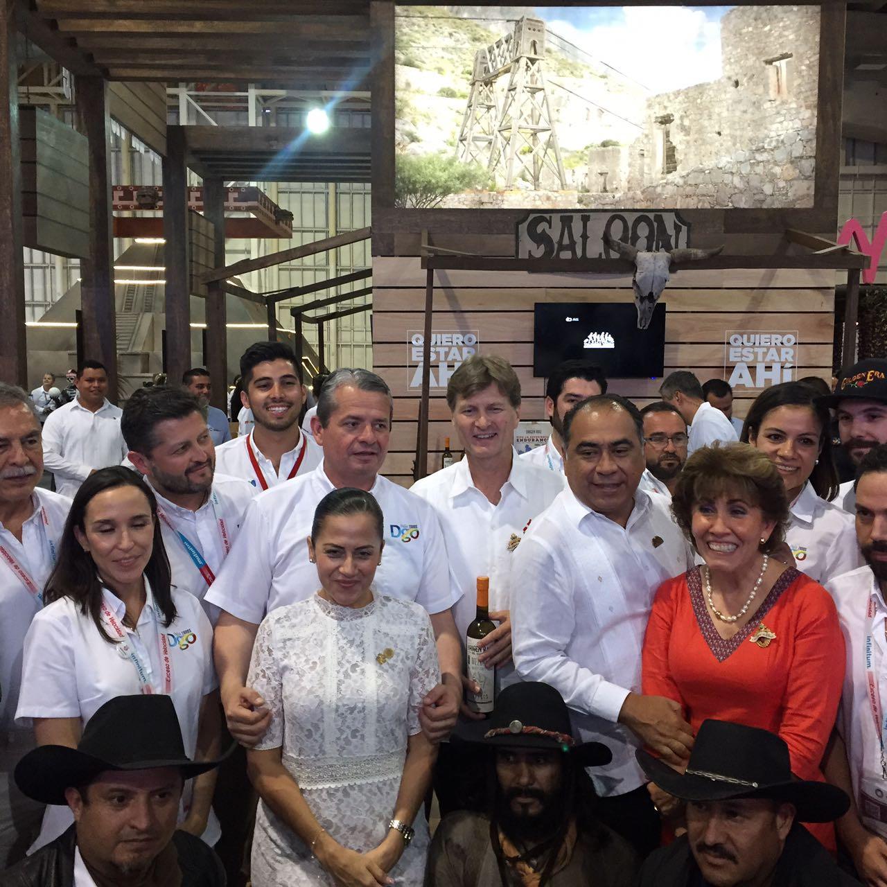 Al centro, Enrique de la Madrid, el Secretario de Turismo.