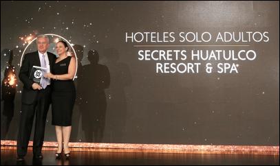 """Carlos Collado, Subdirector de Mercadotecnia para México de AMResorts, recibe el reconocimiento """"Mejor Hotel Sólo para Adultos"""" otorgado a Secrets Huatulco Resort & Spa"""