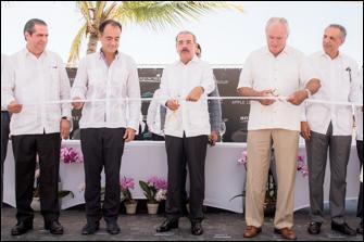 Corte de listón presidido por el Lic. Danilo Medina, Presidente de República Dominicana y John Mullen, Chairman de MREH, acompañados por Alejandro Zozaya, CEO de Apple Leisure Group; Lic. Francisco Javier García, Ministro de Turismo de la República Dominicana; Sr. José Ramón Peralta, Ministro de Administración de la Presidencia