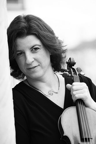 An image of professional violinist Robin Sharp