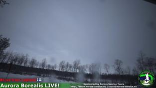 Le ciel Nord finlandais pour avoir l'opportunité d'observer une aurore boréale. Cliquez sur la photo pour lancer le live..
