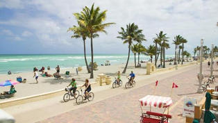 Bienvenue à Hollywood Beach une promenade réputée en bord de plage en Floride.. Cliquez sur la photo pour lancer le live..