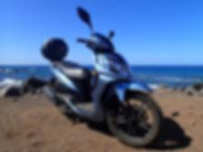 ein motorroller steht an der kueste von la gomera