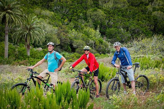 eine gruppe fahrradfahrer in der natur