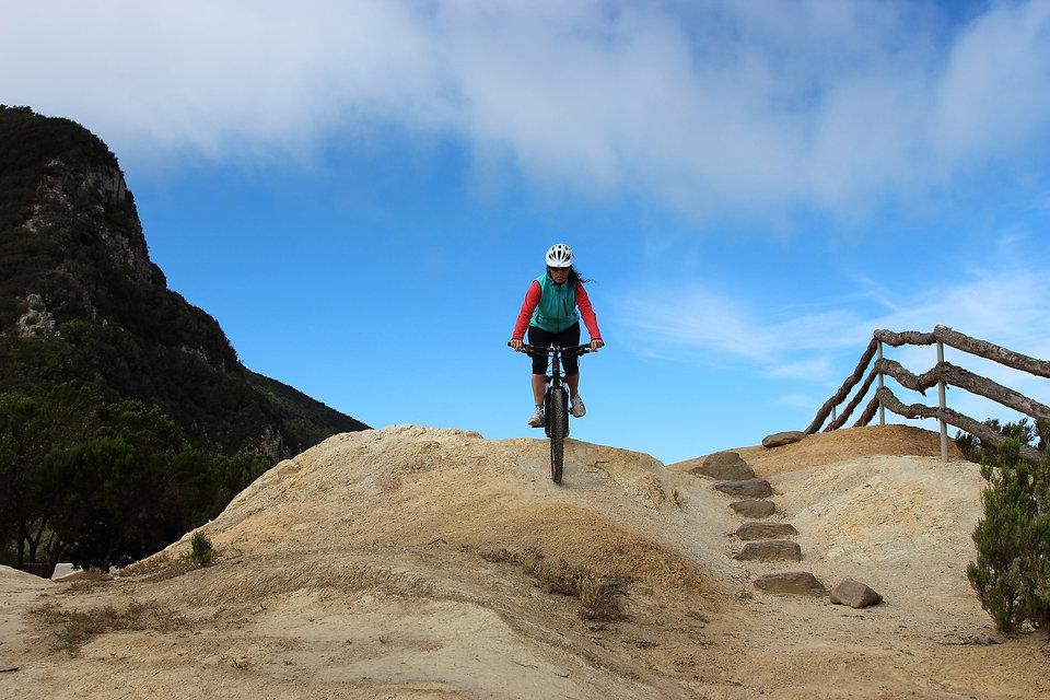 Frau fährt mit Mountainbike auf la gomera