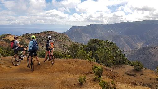Gruppe Biker in den Bergen von Las Hayas