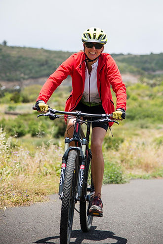 Frau fährt mountainbike auf La Gomera